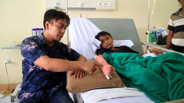 https: img.okezone.com content 2019 03 27 525 2035414 pelajar-jatuh-hingga-patah-tulang-diduga-akibat-ditarik-gurunya-ky8wYD8rGi.jpg