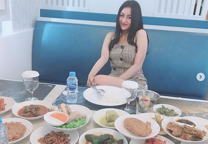 https: img.okezone.com content 2019 03 28 298 2036404 5-gaya-pamela-safitri-asyik-kulineran-awas-ngeces-lihat-ekspresi-manjanya-3zz4NFi22X.jpg