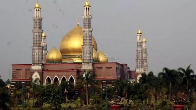 https: img.okezone.com content 2019 03 29 406 2036732 sederet-hal-menarik-dari-masjid-kubah-emas-nomor-4-anda-percaya-bves0vnXeZ.jpg