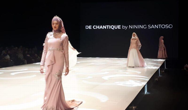 https: img.okezone.com content 2019 03 30 194 2037117 ifw-2019-nining-santoso-tampilkan-gaun-pengantin-syar-i-nan-elegan-WJDdIBSurT.jpg
