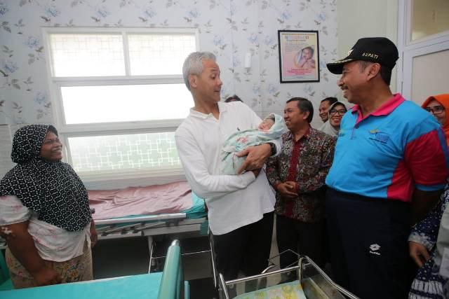 https: img.okezone.com content 2019 03 30 512 2037225 bayi-petani-ini-diberi-nama-muhammad-joko-ma-ruf-XePC47a9eG.jpg
