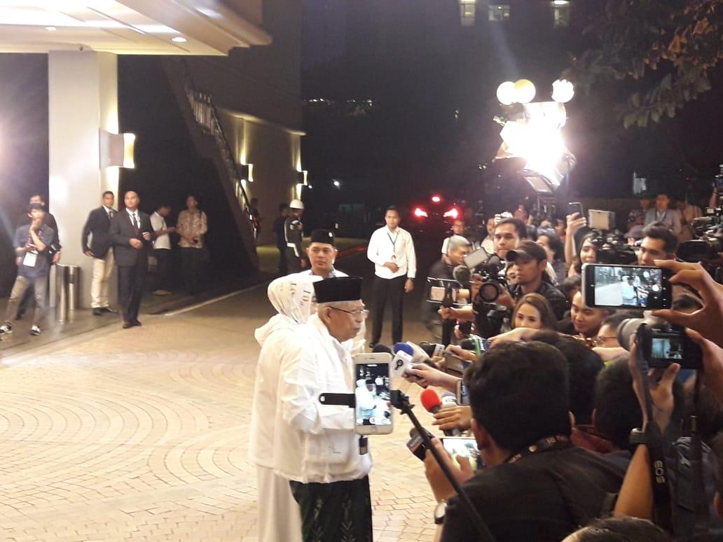 https: img.okezone.com content 2019 03 30 605 2037170 jokowi-dan-ma-ruf-amin-tampil-mesra-dengan-istri-saat-hadir-di-debat-keempat-XMPWGSjiNc.jpg