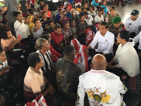 https: img.okezone.com content 2019 04 01 337 2037796 presiden-jokowi-kunjungi-korban-banjir-bandang-di-sentani-papua-zmC4s4FQGw.jpg