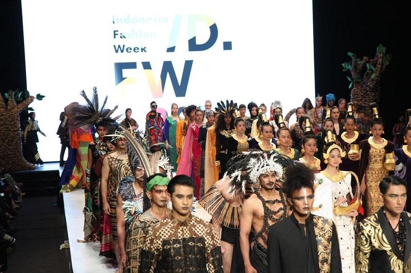 https: img.okezone.com content 2019 04 02 194 2038206 mnc-play-berkontribusi-dalam-kemajuan-industri-fashion-indonesia-melalui-ifw-2019-3Lbqda8W3y.jpg