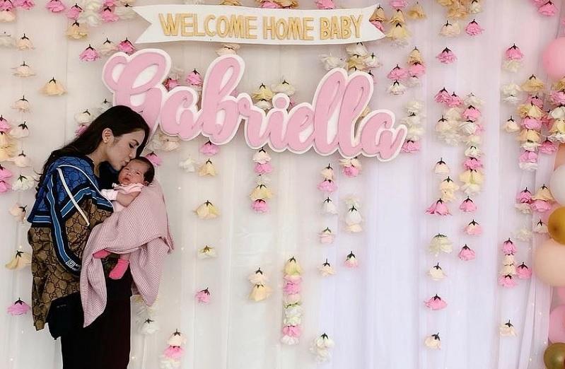 https: img.okezone.com content 2019 04 03 33 2038471 kembali-ke-indonesia-usai-melahirkan-momo-geisha-dapat-kejutan-3O7pLKod7U.jpg
