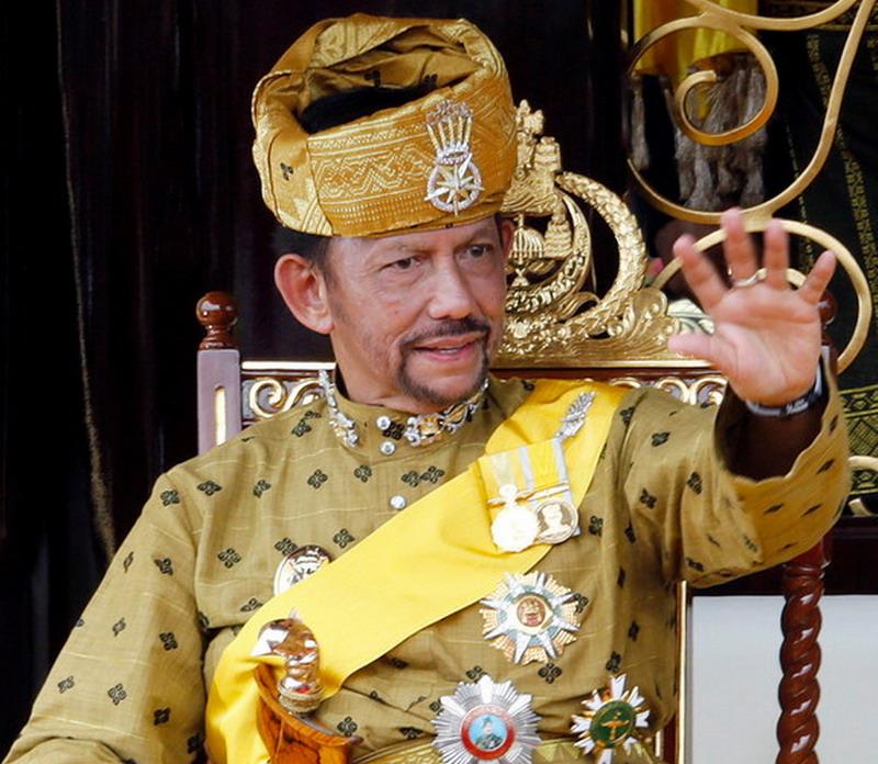 https: img.okezone.com content 2019 04 04 194 2039017 gaya-hidup-jetset-sultan-hassanal-bolkiah-dari-brunei-monarki-terkaya-kedua-di-dunia-BChjBaGtM7.jpg