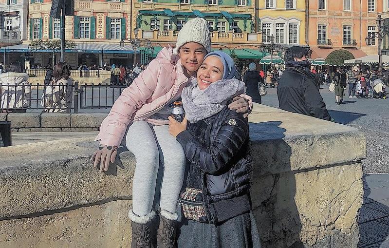 https: img.okezone.com content 2019 04 04 33 2038816 laudya-cynthia-bella-rayakan-ulang-tahun-anak-tiri-dengan-mantan-istri-suami-P2Lv2zSCW5.jpg