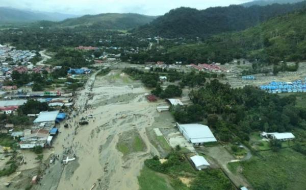 https: img.okezone.com content 2019 04 04 340 2039128 pasca-banjir-bandang-21-kampung-di-sentani-krisis-air-bersih-Hihm60xFgH.jpg