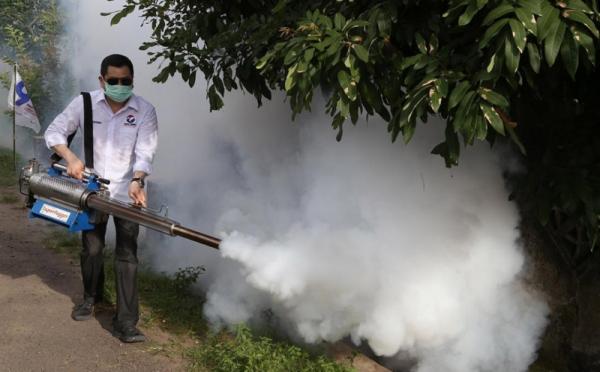 https: img.okezone.com content 2019 04 05 512 2039293 berbobot-berat-mesin-fogging-dipanggul-hary-tanoe-untuk-berantas-nyamuk-dbd-w239MGduwJ.jpg