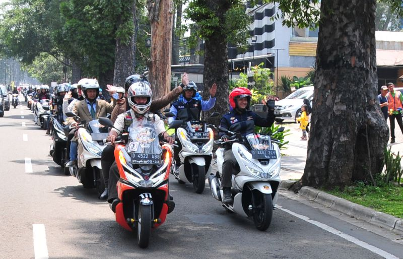 https: img.okezone.com content 2019 04 08 15 2040606 cara-unik-ratusan-bikers-pcx-riding-dengan-gaya-perlente-ddNPcjD2mj.jpg
