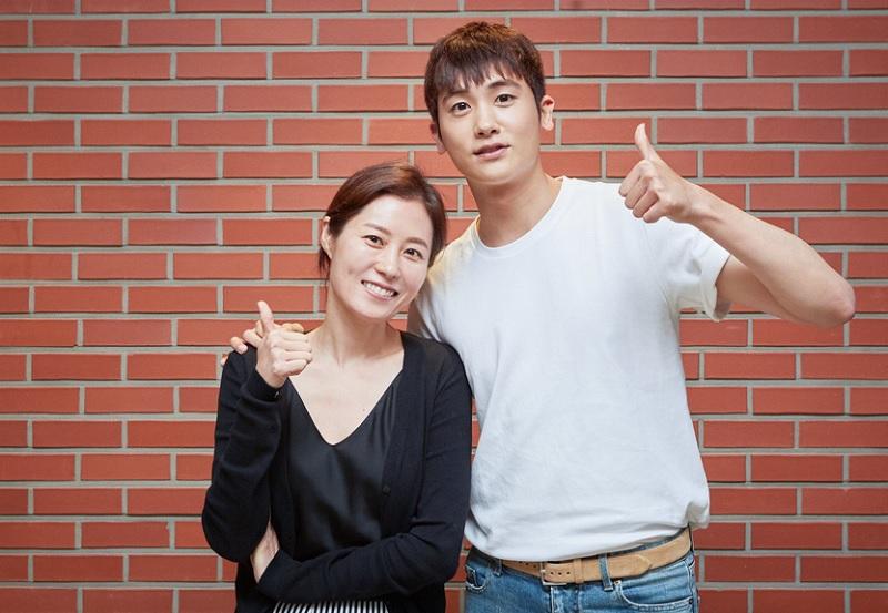 https: img.okezone.com content 2019 04 08 206 2040733 park-hyung-sik-akui-gugup-jelang-penayangan-film-perdananya-ImgmcQB2At.jpg