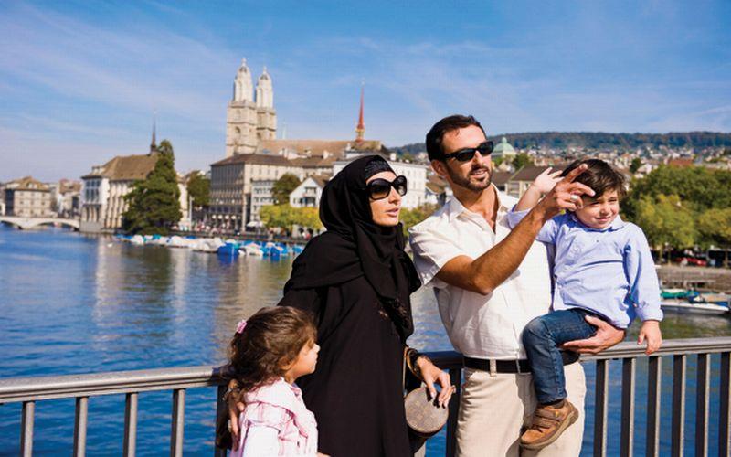 https: img.okezone.com content 2019 04 08 406 2040725 wisatawan-muslim-lebih-royal-belanjakan-uang-saat-wisata-ONVwKfL3BA.jpg