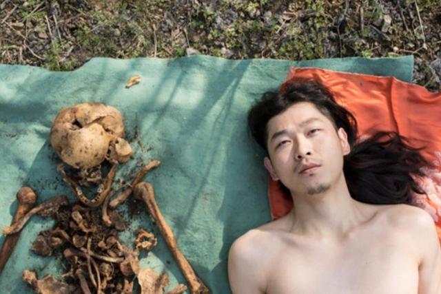 https: img.okezone.com content 2019 04 09 18 2040986 pose-telanjang-di-samping-tulang-ayahnya-pria-china-mendapat-kecaman-wargnet-SVpzolTxI6.jpg