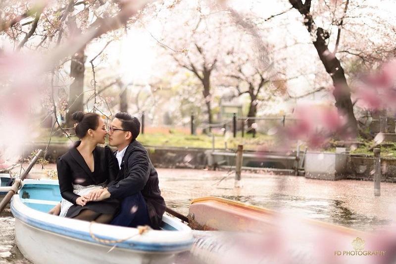 https: img.okezone.com content 2019 04 09 406 2041109 intip-kemesraan-yuanita-dan-suami-bulan-madu-ke-jepang-sweet-banget-VI8lmfoUhg.jpg