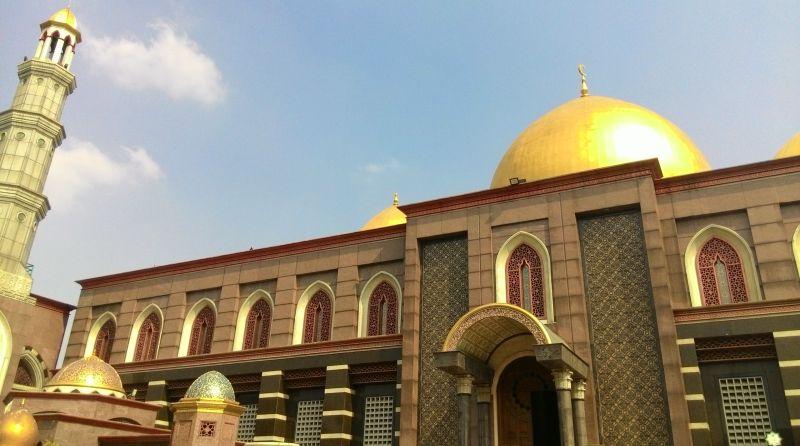 https: img.okezone.com content 2019 04 09 470 2040940 pesona-dan-daya-tarik-masjid-kubah-emas-VqLbJ3UJLQ.jpg