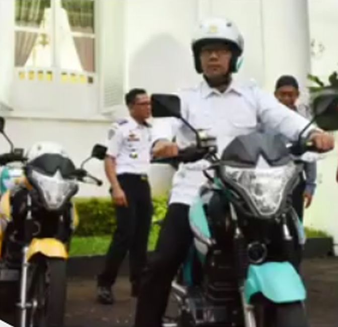 https: img.okezone.com content 2019 04 10 15 2041627 aksi-ridwan-kamil-test-ride-motor-listrik-bikinan-bandung-7MvSeNnzur.jpg