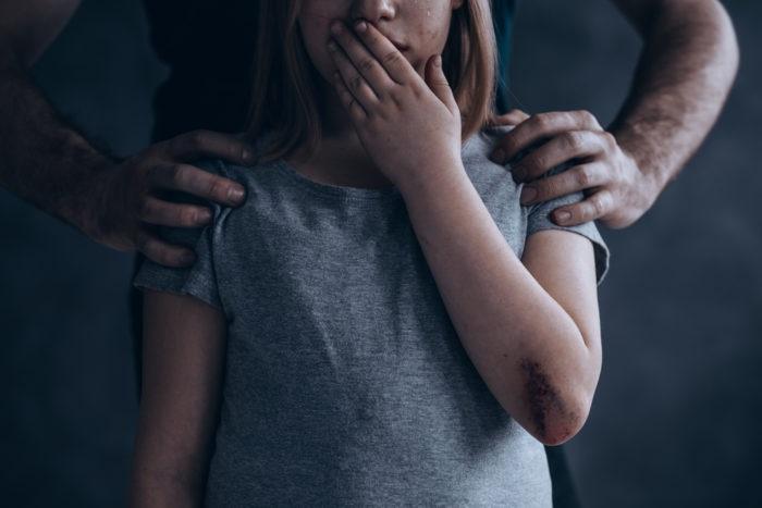 https: img.okezone.com content 2019 04 10 196 2041519 orangtua-harus-peka-kenali-tanda-tanda-anak-mengalami-kekerasan-seksual-EtKlsWGIQG.jpg