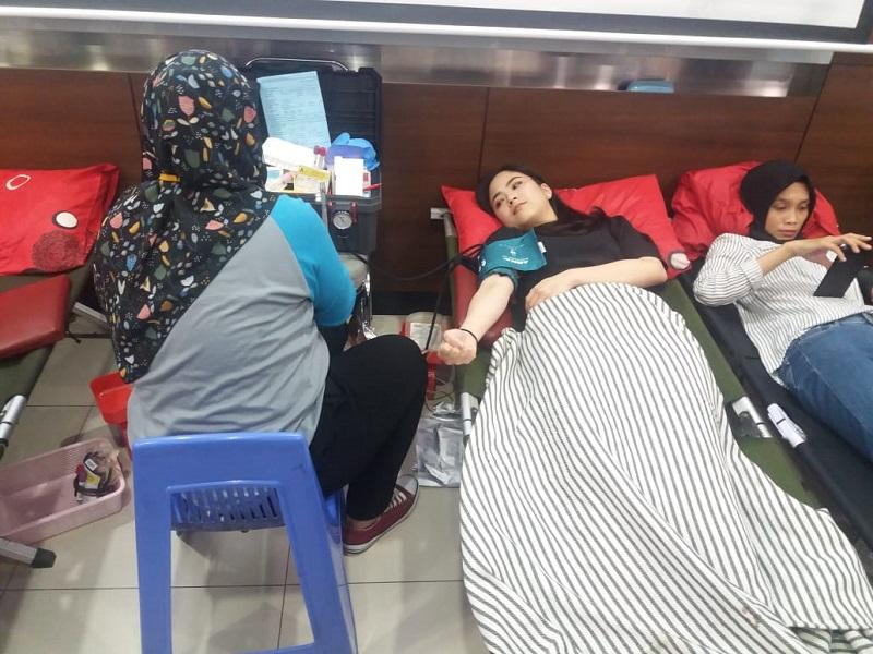 https: img.okezone.com content 2019 04 10 481 2041644 ikut-aksi-donor-darah-jessica-tanoesoedibjo-berharap-makin-banyak-orang-mau-sumbangkan-darah-SOAEEjJgrw.jpeg