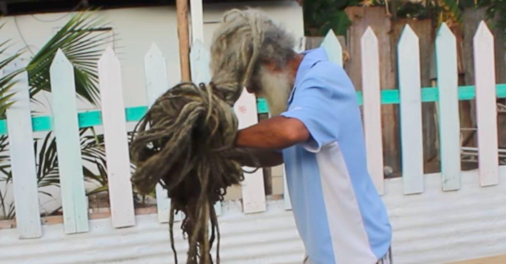 https: img.okezone.com content 2019 04 10 612 2041603 pria-ini-tak-cukur-rambut-selama-40-tahun-Lxz19yRx8I.jpg