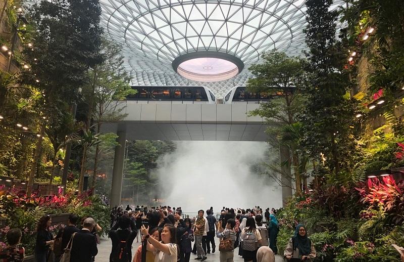 https: img.okezone.com content 2019 04 11 406 2042088 melihat-langsung-megahnya-jewel-changi-airport-singapura-serasa-di-hutan-modern-KJ2PraiABN.jpg