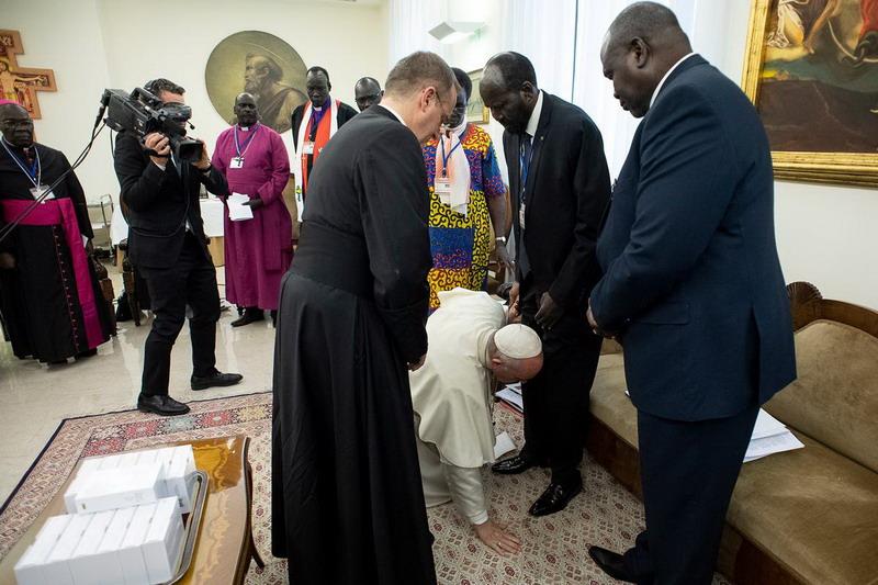 https: img.okezone.com content 2019 04 12 18 2042398 paus-fransiskus-cium-kaki-pemimpin-sudan-selatan-ada-apa-LjxRVvYIM4.jpg