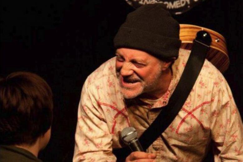 https: img.okezone.com content 2019 04 13 18 2043107 komedian-inggris-tewas-di-atas-panggung-setelah-bercanda-soal-kematian-9jwC9GukEY.jpg