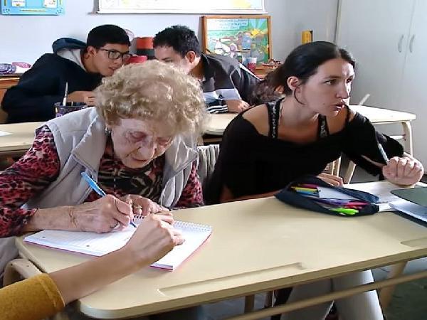 https: img.okezone.com content 2019 04 15 18 2043804 seorang-nenek-kembali-belajar-di-sekolah-dasar-pada-usia-99-tahun-OcZXboBZKy.jpg