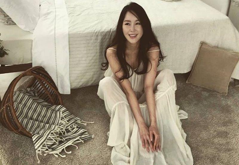 https: img.okezone.com content 2019 04 15 194 2043647 manisnya-lee-su-ryeon-bodyguard-cantik-yang-beralih-jadi-artis-FyBuYtYYZH.jpg