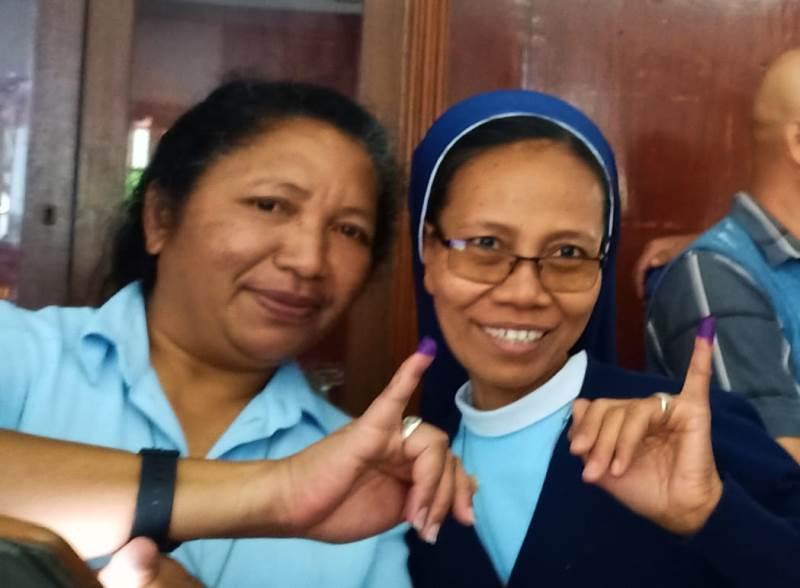 https: img.okezone.com content 2019 04 15 605 2043526 cerita-suster-indonesia-tempuh-300-km-perjalanan-untuk-ikut-pemilu-ri-di-ethiopia-OttuYFLDL6.jpeg