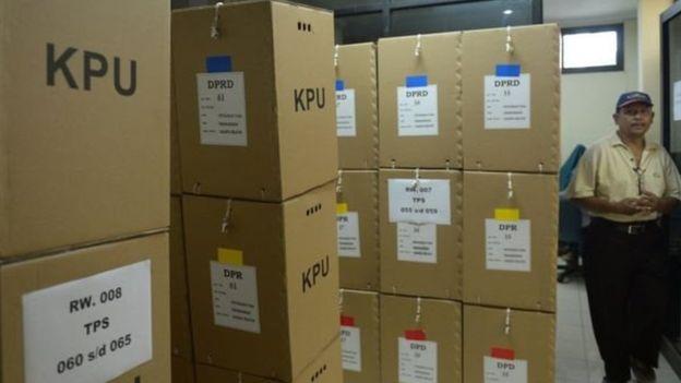 https: img.okezone.com content 2019 04 16 606 2044051 h-1-pencoblosan-kpu-jaksel-terus-distribusikan-logistik-pemilu-LZcffj7biz.jpg