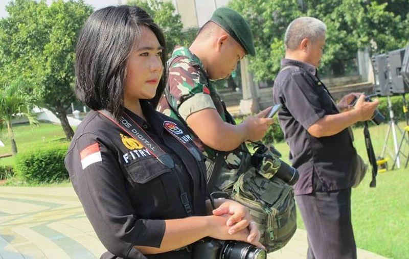 https: img.okezone.com content 2019 04 17 194 2044595 gaya-polwan-cantik-fitrya-wijayanty-yang-bikin-pemilu-makin-adem-ECVDDSMBIS.jpg