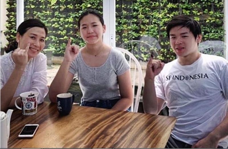 https: img.okezone.com content 2019 04 17 196 2044779 kekompakan-veronica-tan-dan-kedua-anaknya-usai-mencoblos-eU3tdwUYRo.jpg