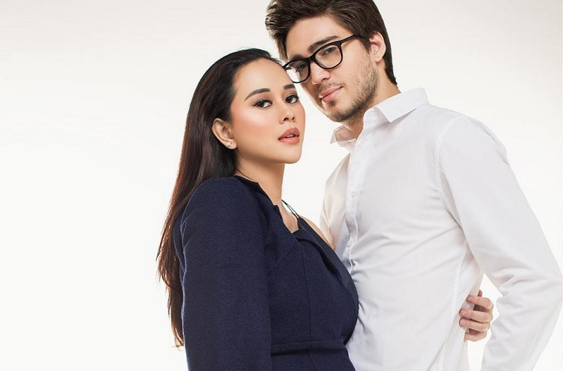 https: img.okezone.com content 2019 04 17 33 2044621 intip-romantisnya-foto-maternity-aura-kasih-bersama-suami-SaBmzAfgqK.jpg