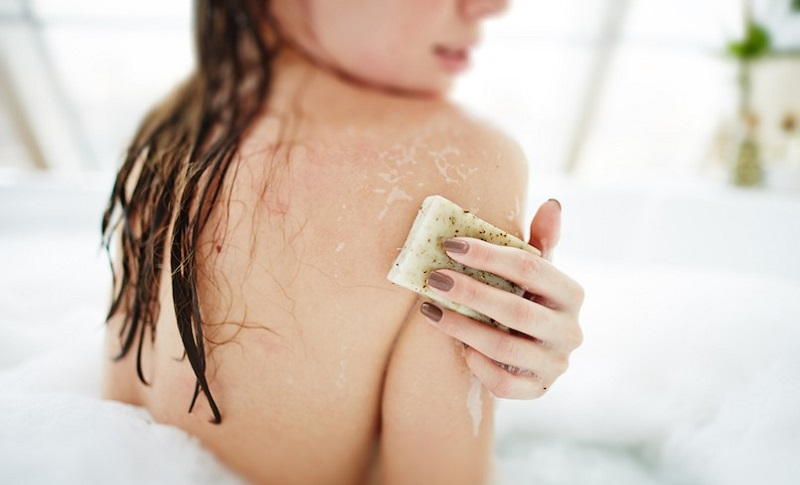 https: img.okezone.com content 2019 04 17 481 2044847 mandi-sekali-sehari-bikin-tubuh-makin-sehat-ini-buktinya-gbRLagpywm.jpg