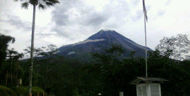 https: img.okezone.com content 2019 04 18 510 2045051 merapi-luncurkan-tiga-guguran-lava-pijar-ke-hulu-kali-gendol-FQO4dbGPqH.jpg
