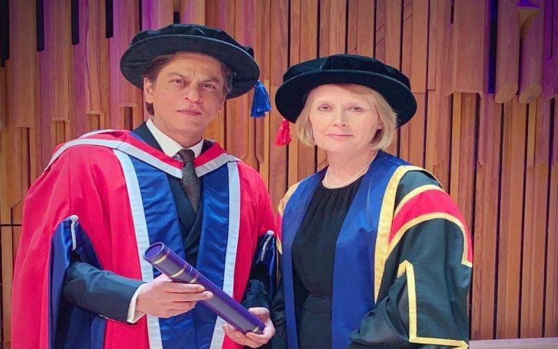 https: img.okezone.com content 2019 04 19 33 2045524 shah-rukh-khan-raih-gelar-doktor-honoris-causa-dari-kampus-inggris-S2gmGZucl6.jpg
