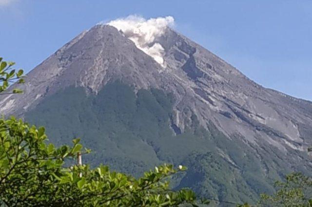 https: img.okezone.com content 2019 04 19 510 2045489 guguran-lava-pijar-meluncur-dari-gunung-merapi-ke-arah-kali-gendol-k42hS7E9Kn.jpg
