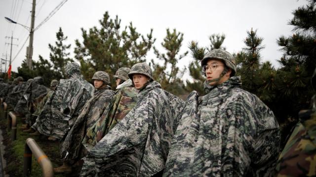 https: img.okezone.com content 2019 04 20 18 2045906 cara-pria-korea-selatan-menghindar-wajib-militer-makan-ayam-goreng-biar-gemuk-YemcGvbYiU.jpg