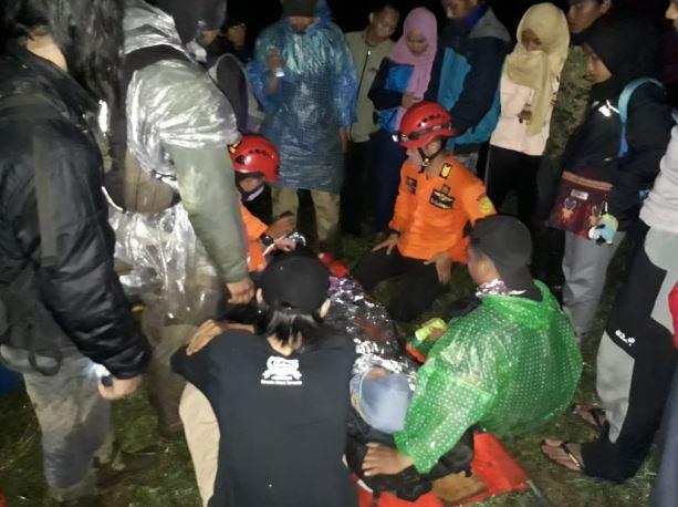 https: img.okezone.com content 2019 04 21 512 2045992 gadis-remaja-asal-jakarta-jatuh-ke-jurang-saat-mendaki-gunung-sindoro-Dtas3hNOkM.JPG