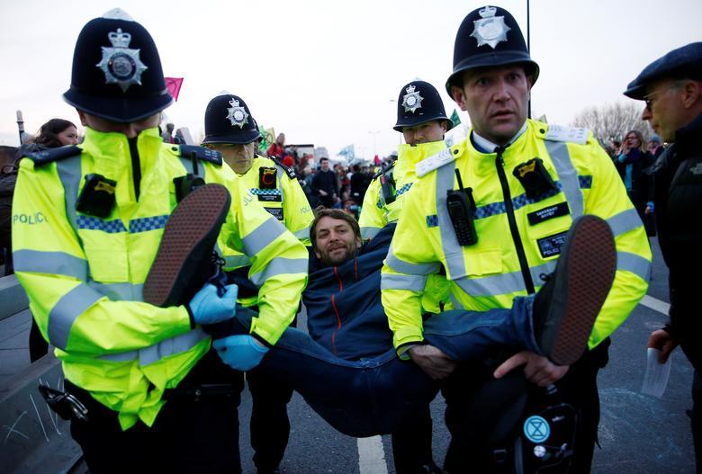 https: img.okezone.com content 2019 04 22 18 2046573 1-000-orang-ditangkap-terkait-protes-perubahan-iklim-di-london-5VwfojSTIx.jpg