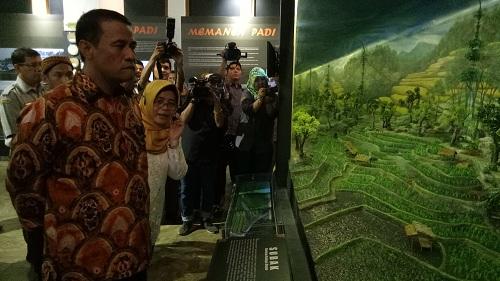 https: img.okezone.com content 2019 04 22 320 2046560 mentan-resmikan-museum-pertanian-pertama-ri-2QyV5w7Vo8.jpg