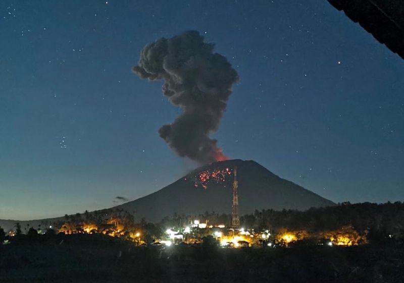 https: img.okezone.com content 2019 04 22 337 2046457 pvmbg-jelaskan-kondisi-gunung-agung-pasca-erupsi-cJLdjpYKBU.jpg