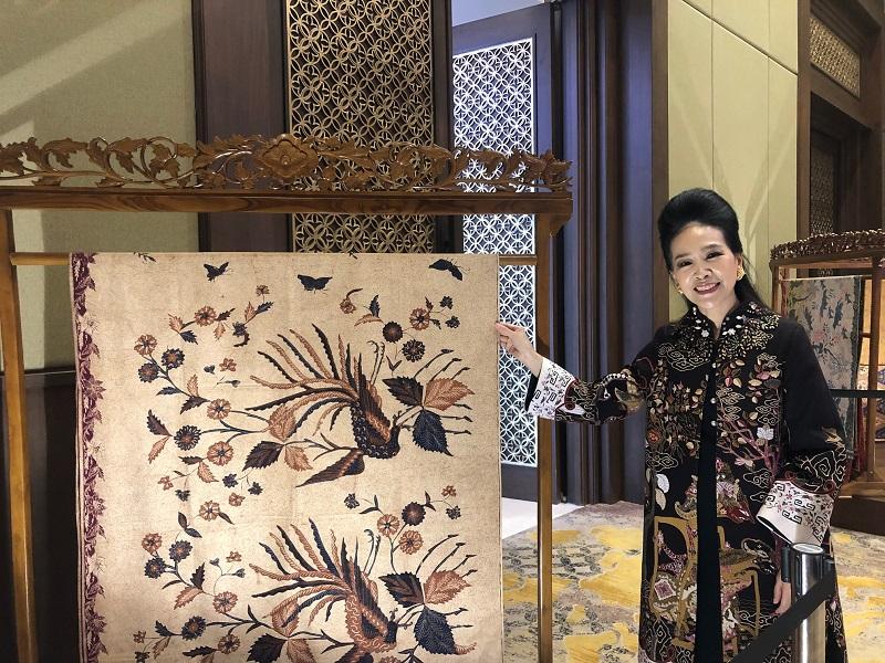 https: img.okezone.com content 2019 04 23 194 2047000 begini-cara-desainer-tina-andrean-lestarikan-budaya-batik-RPdb9AoVZ9.jpeg