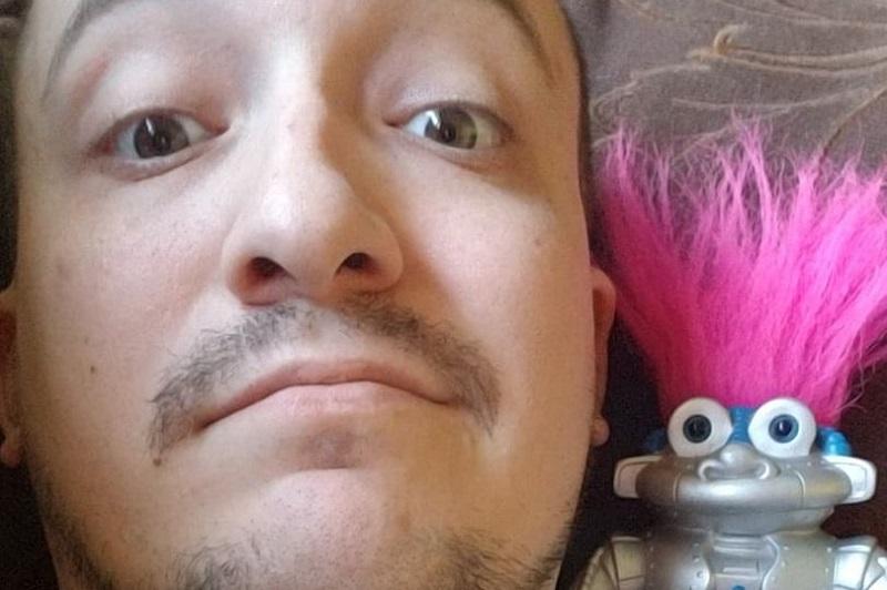 https: img.okezone.com content 2019 04 23 196 2046850 hampir-2-tahun-jalani-hubungan-pria-ini-ingin-nikahi-robot-kesayangannya-vEKQuzfaaj.jpg