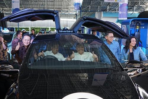 https: img.okezone.com content 2019 04 23 320 2046852 mobil-listrik-tesla-meledak-di-china-bagaimana-dengan-blue-bird-0K7RXFbrhl.jpg