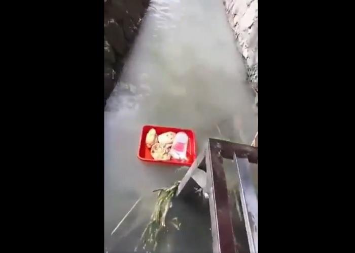 https: img.okezone.com content 2019 04 24 298 2047471 viral-angkringan-kirim-makan-ala-floating-breakfast-hotel-bintang-5-izdXRQ2ULj.jpg