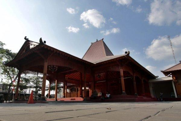 https: img.okezone.com content 2019 04 24 406 2047340 walikota-solo-gratiskan-pendopo-kelurahan-untuk-nikah-netizen-alhamdulillah-tinggal-cari-calon-wGqHOkAuuC.jpg