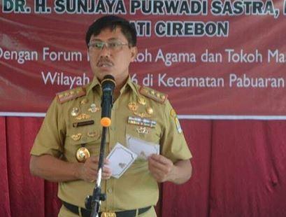 https: img.okezone.com content 2019 04 24 525 2047580 bupati-cirebon-sunjaya-purwadisastra-dituntut-7-tahun-penjara-tH6pti0ceU.JPG