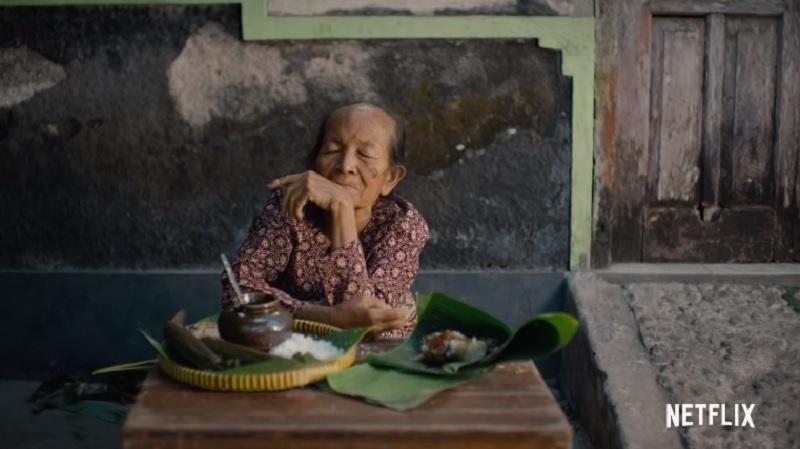 https: img.okezone.com content 2019 04 25 206 2047986 street-food-netflix-angkat-kisah-mbah-satinem-penjual-jajan-pasar-langganan-soeharto-6USuHAWUQV.jpg
