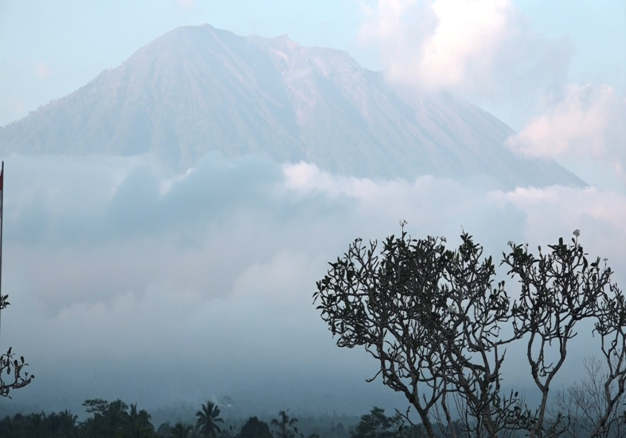 https: img.okezone.com content 2019 04 25 244 2047829 gunung-agung-dilanda-16-kali-gempa-hingga-pagi-tadi-status-masih-siaga-h9kfGuAUnS.jpg